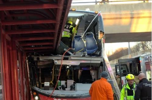 Катастрофа двухэтажного автобуса в Канаде: 3 человека погибли, 23 ранены
