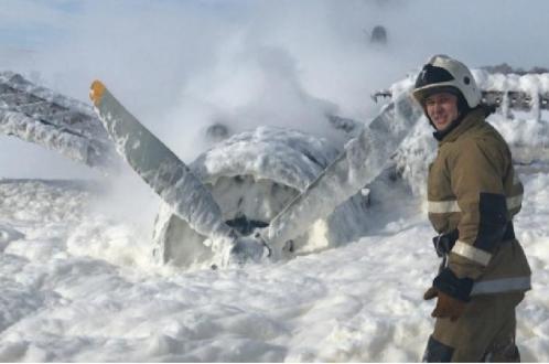 Ан-2 дотянул до снежного поля, жестко сел и загорелся