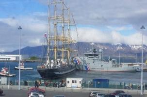 Российский «Крузенштерн» столкнулся с патрульными кораблями