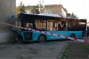 Автобус врезался в дом