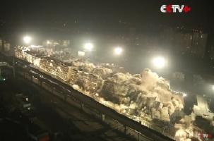 В Китае за 10 секунд взрывом снесли 19 зданий. Видео