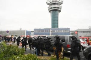 В парижском аэропорту неизвестный напал на патруль