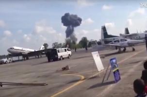 В Таиланде истребитель разбился на авиашоу для детей. Видео