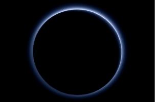 Небо на Плутоне синее, а лед ярко-красный