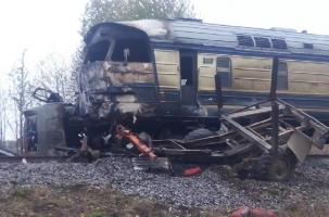 Лесовоз взорвался под поездом