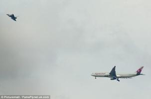 Пассажирский самолет сажали с истребителями