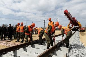 Военные уложили первые рельсы в обход Украины