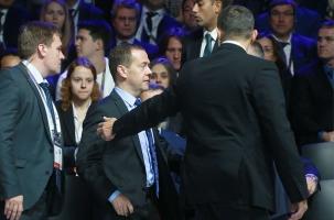 Премьера Медведева спасали во время короткого замыкания. Видео