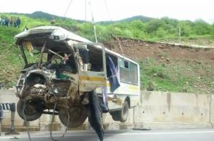 Офицеры попали в катастрофу на горной трассе
