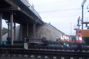 «Бентли» упал на железную дорогу