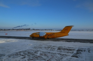 Самолет столкнулся с погрузчиком