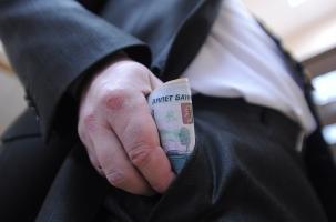 Путин заморозил казенные доходы госслужащих и военнослужащих до 2015 года