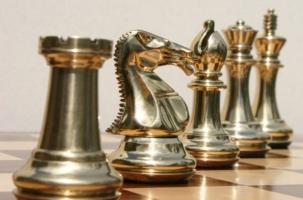 Погасил долг по алиментам уникальными шахматами