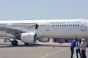 Экипаж посадил Airbus с пробоиной в борту